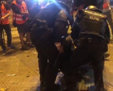 Varios policias heridos por los manifestantes mientras arde la Vía Laietana y cuatro menores detenidos