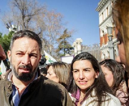 Los agricultores expulsan al lider de Vox, Santiago Abascal de la manifestación al ritmo de cencerros y silbatos