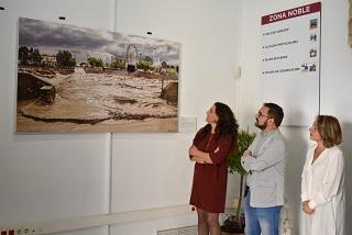 Una fotografía del río Guadalentín durante la riada de San Wenceslao luce desde hoy en la entrada noble del Ayuntamiento