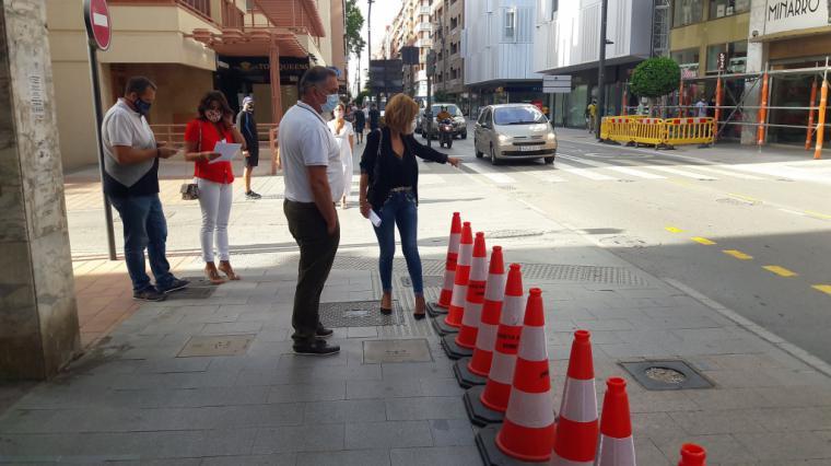 El Alcalde del PSOE 'mete' un carril para el tráfico invadiendo la mitad de la acera en plena Avenida 'Juan Carlos I' y parte por la mitad la zona de paso peatonal