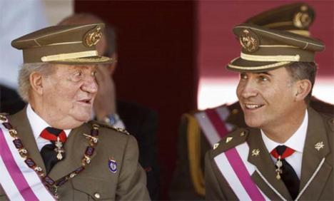 Mientras el Gobierno intenta salvar a Felipe VI planteando a su padre que renuncie al título de Rey, este busca otro país para seguir en el exilio y no devolver el dinero