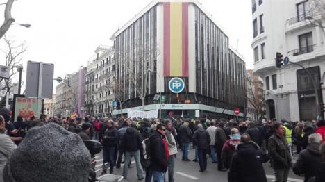 Última hora: Se derrumba parte de la fachada del PP en génova 13 al cambiar la bandera de España por la cara de Casado