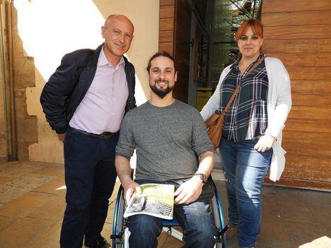 IU-Verdes presenta sus propuestas sobre accesibilidad en la puerta de un Ayuntamiento inaccesible