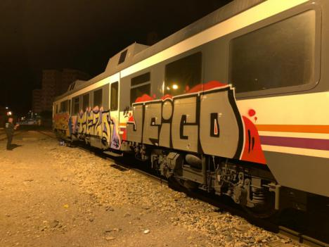 La Policía Local investiga a tres jóvenes por realizar grafitis en los vagones del tren de cercanías en la estación de Sutullena