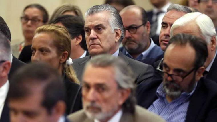 Pablo Casado cercado por la corrupción