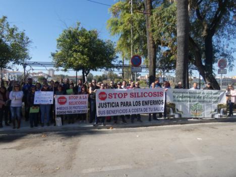 Los enfermos de silicosis se concentran a la entrada del Teatro de la Maestranza para mostrar su malestar contra la Junta de Andalucía, al nombrar Hijo Predilecto a Cosentino