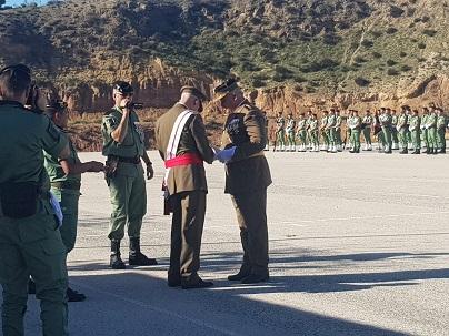 """El Regimiento """"Zaragoza 5"""" de Paracaidistas entrega la Corbata de Honor a la IIIT Bandera Paracaidista """"Ortiz de Zárate"""" por su participación en la misión de paz de Mali, y el Coronel Ruipérez recibe el distintivo de 20 años de permanencia en la Bripac"""