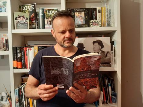 Javier Chueca Corro presenta su primera obra: 'Relatos cortos para una vida corta', con la que pretende llamar la atención de aquellos que se han acostumbrado a cerrar los ojos