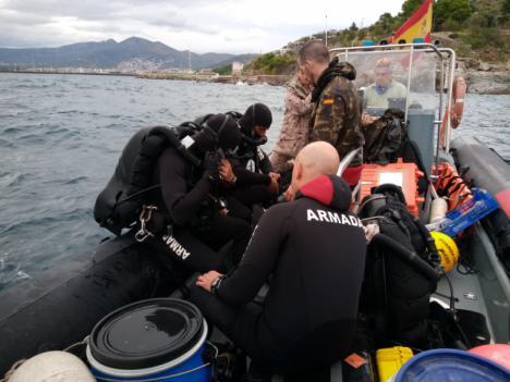 La Unidad de Buceadores de Medidas Contra Minas de la Armada neutraliza una mina de orinque en Rosas (Gerona)
