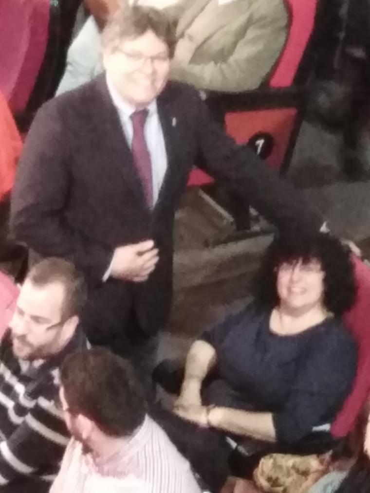 El efecto Pedro Sánchez contagia a los almerienses que lo reciben en un teatro abarrotado