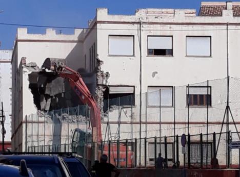 """El """"Terminator Torrecillas"""" inicia el derribo del histórico Edificio del Fenoy, denuncia el PSOE de Albox"""