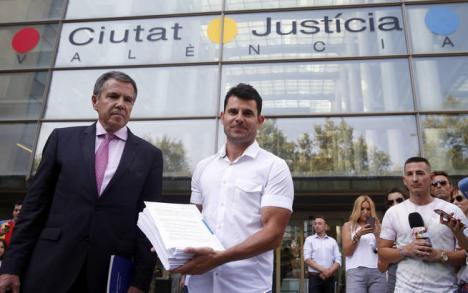 Julio Iglesias al banquillo por su paternidad secreta