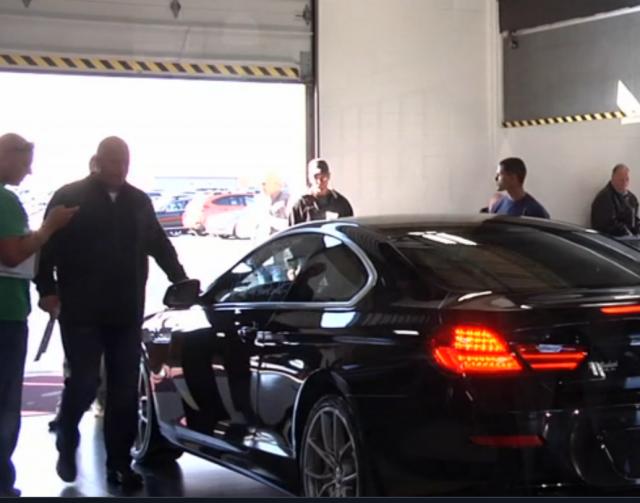 La policía encuentra a un peligroso delincuente escondido en el maletero de un coche que iba a subastarse públicamente