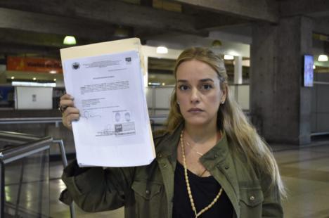 El gobierno de Venezuela prohibe a Lilian Tintori salir del país.