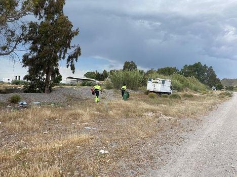 Limusa retira una tonelada de residuos incontrolados de un tramo de la rambla de La Torrecilla, entre el camino Viejo del Puerto y la autovía del Mediterráneo