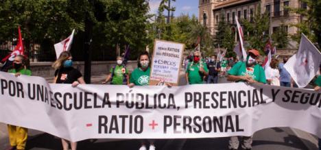 Los sindicatos reclaman más docentes y menos ratio en la 'Vuelta al cole' con una caravana de coches reivindicativa