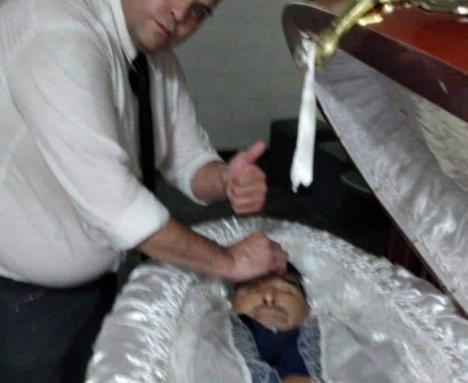 Los selfies con el cadáver de Diego Maradona, realizadas por unos trabajador de la funeraria se viralizan en la red