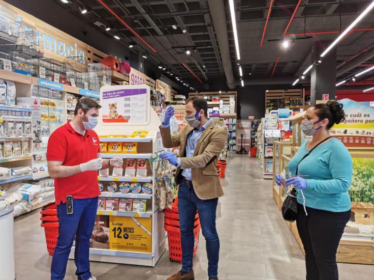 La Concejalía de Comercio de Lorca entrega viseras protectoras a los comerciantes de Lorca directamente en sus establecimientos