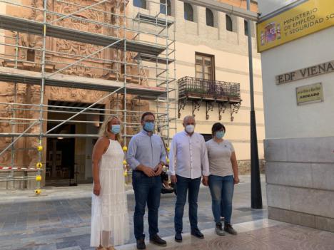 Los trabajos de restauración de la fachada del Palacio de Guevara entran en su recta final con la retirada del andamio de la parte frontal del inmueble