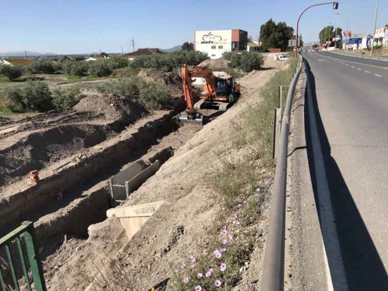 Aguas de Lorca invierte 850.000 euros en mejorar la red de saneamiento y abastecimiento en el tramo comprendido entre la rotonda del Hospital Rafael Méndez y el enlace con la A-7