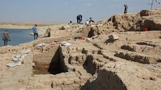 El palacio que emergió de las aguas en Irak