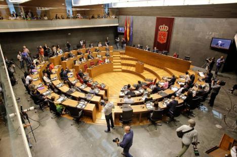 El Parlamento de Navarra parte el melón y pide al Estado un referéndum sobre monarquía o república, y la televisión vasca se atreve con un documental sobre los escándalos de la monarquía.