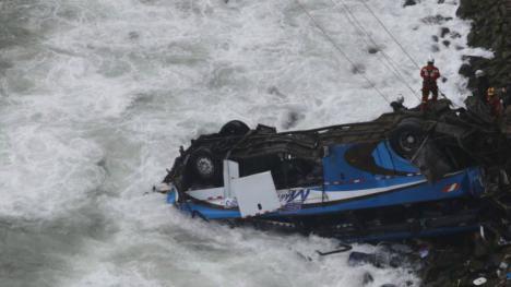 Mueren 48 personas en Perú al caer su autobús por un barranco