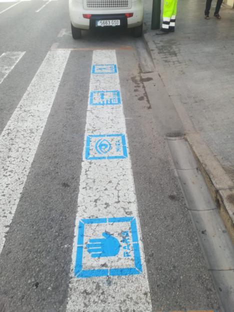 El Ayuntamiento de Águilas comienza con la señalización de pasos de peatones de la localidad con pictogramas para personas con TEA