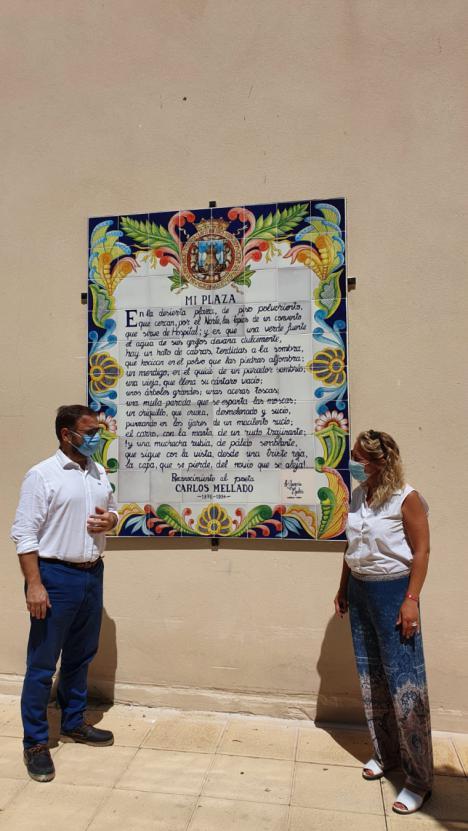 Ya luce en la Plaza del Negrito el mural de azulejos con el poema que el poeta Carlos Mellado dedicó a este espacio público
