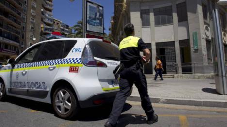 Fue detenido tras golpear a su pareja con una hamaca de playa en Málaga