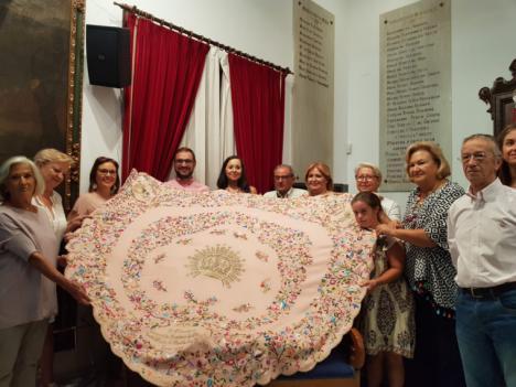 Coros y Danzas de Lorca homenajea a la patrona de la ciudad con un manto bordado a mano con motivo del 75 aniversario de su Coronación Canónica