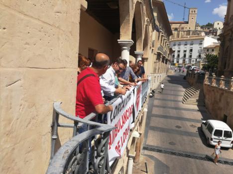 El Ayuntamiento de Lorca muestra su apoyo a la empresa Ambulorca con la colocación de una pancarta desde el balcón del Consistorio