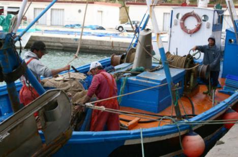 Los pescadores que no puedan faenar podrán acogerse a ayudas similares a las que se ofrecen durante el paro biológico