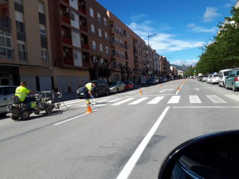 El Ayuntamiento de Lorca lleva a cabo labores de repintado de las señales horizontales durante los últimos días aprovechando el descenso de la circulación por el estado de alarma.
