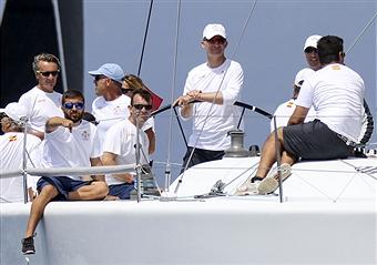 Con la llegada de las vacaciones Don Felipe regatea en un barco del Ejército.