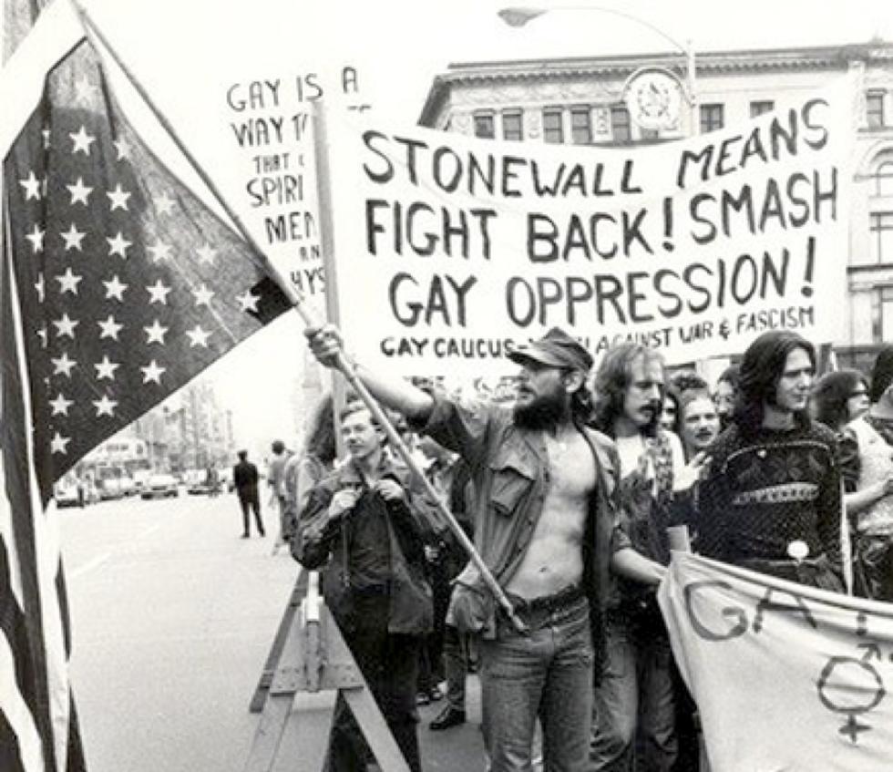 EL DÍA DEL ORGULLO GAY QUE NACIÓ CON LAS REVUELTAS DE STONEWALL EN 1969, SIGUE TENIENDO A DÍA DE HOY ENERGÚMENOS EN CONTRA.