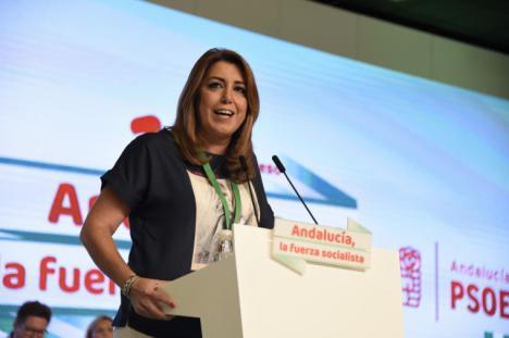 Una desleal Susana Díaz alza el puño contra Pedro Sánchez, dividiendo de nuevo al PSOE