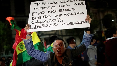 Evo Morales el primer presidente indígena del país no supo apartarse del poder a tiempo, ahora lo hace obligado por las protestas