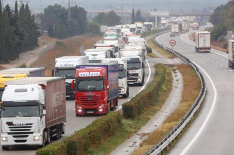 """La Patronal del transporte de mercancías por carretera advierte que convocará un paro indefinido en Septiembre si el Gobierno """"ignora"""" sus peticiones en el paro que realizarán los días 27 y 28 de este mes"""