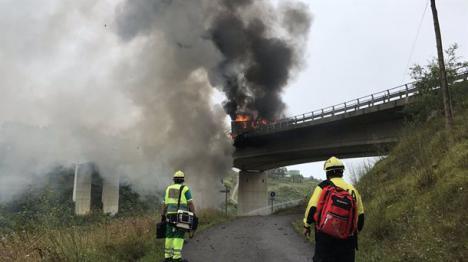Fallece el conductor de un camión incendiado en la A-8 en el término de Castro Urdiales.
