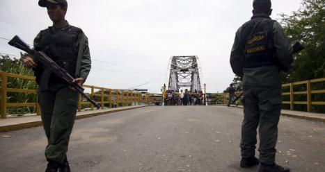 Dos camiones venezolanos obstaculizan el puente fronterizo con Colombia