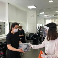 El Ayuntamiento de Puerto Lumbreras comienza a repartir pantallas de autoprotección a peluquerías y centros de estética que reinician su actividad