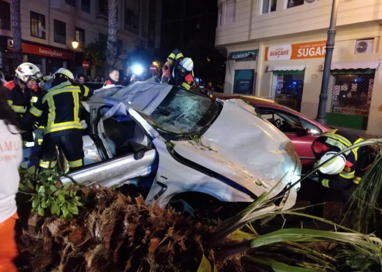 Aparatosso accidente entre dos coches en la Gran Vía de Valencia