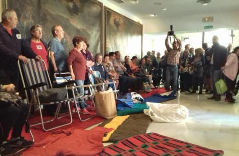 Los afectados por el terremoto de Lorca se encierran en su Ayuntamiento