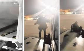 Un ciudadano polaco abre la puerta de emergencia del avión e intenta bajar a pista por el ala
