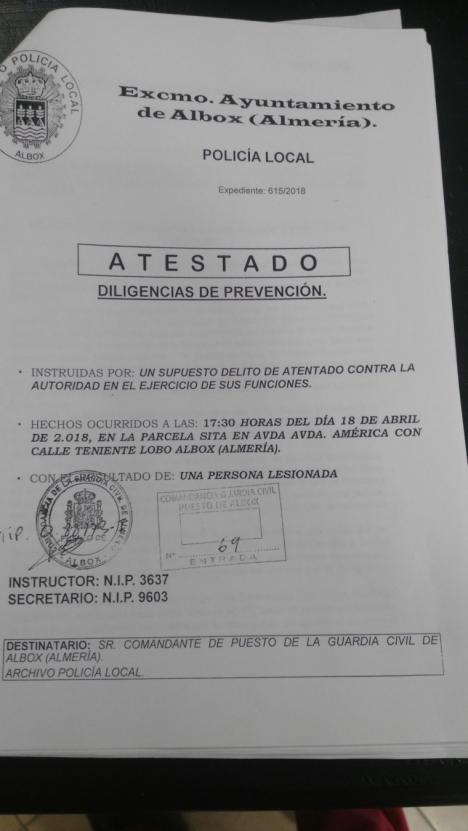 Pegaron al alcalde de Albox, Francisco Torrecillas, según el atestado instruido por los agentes de policía allí presentes.