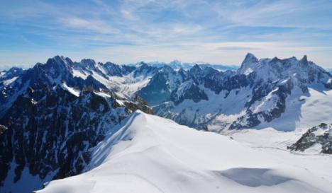 Un hombre en estado de embriaguez escala una montaña de los Alpes cuando trataba de llegar al hotel