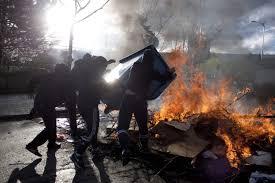 Noche de protestas en Murcia con contenedores y maquinaria quemada