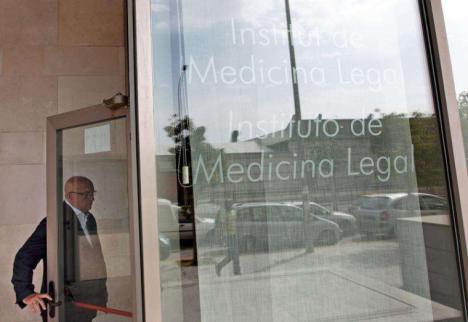 Los restos humanos hallados en Alzira son trasladados al Instituto de Medicina Legal