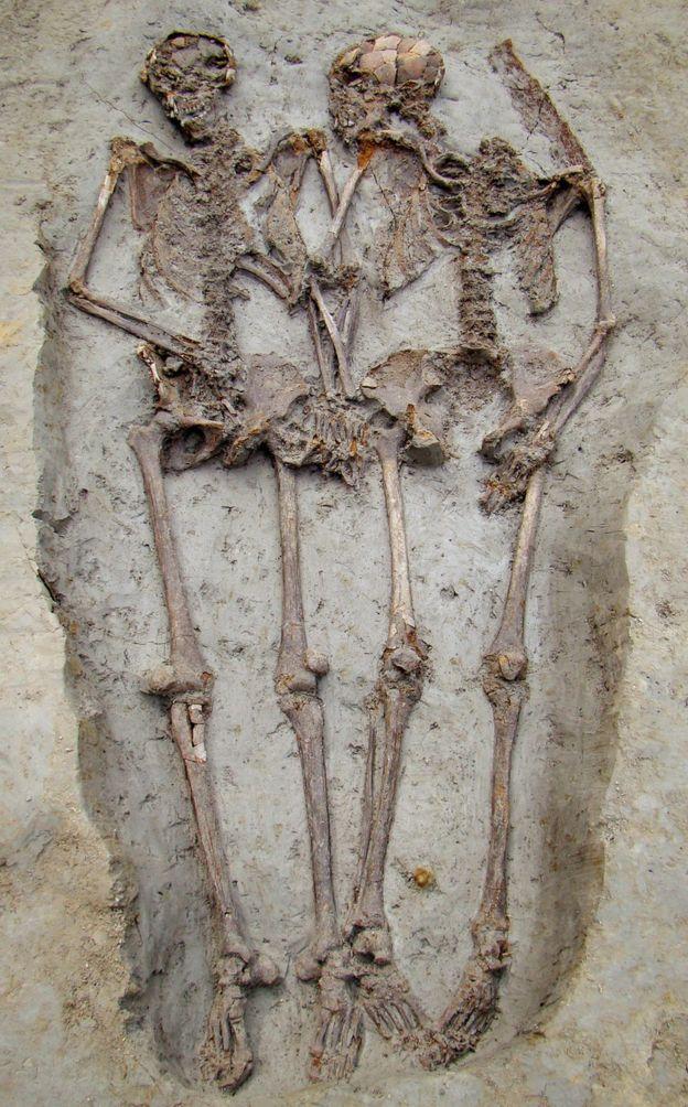 'Los Amantes de Módena', los esqueletos que fueron encontrados tomados de la mano hace una década